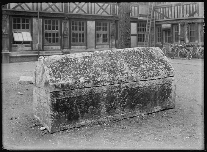 Sarcophage dans la cour