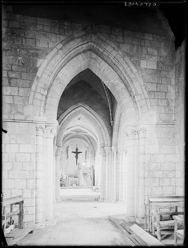 Intérieur : la nef, détail et chapelle