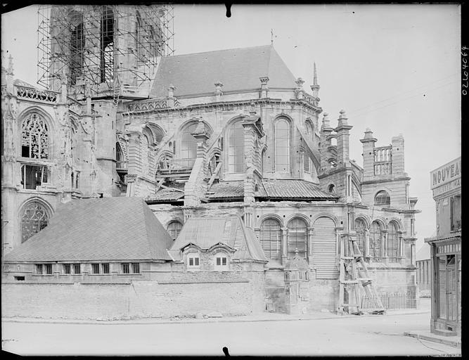 Ensemble sud-est, échafaudages sur le clocher en cours de restauration