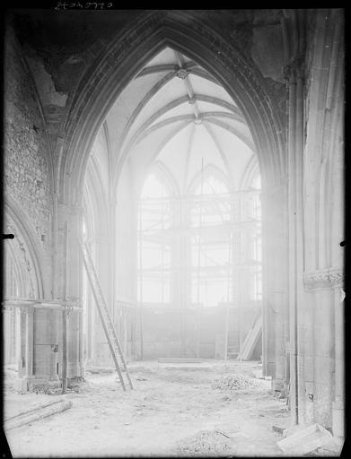 Intérieur : la nef en cours de restauration, échafaudages