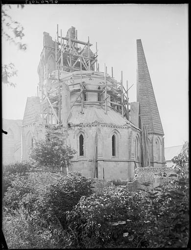 Abside et toitures de la chapelle en cours de restauration : échafaudages