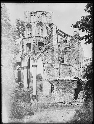 Eglise en ruines : arcature, fenêtrage