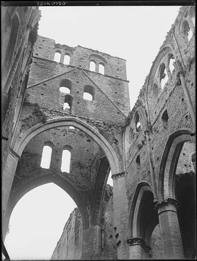 Eglise en ruines : vue intérieure, arcature, fenêtrage
