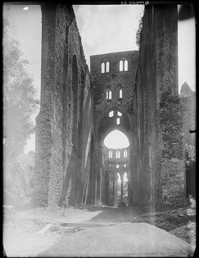 Eglise en ruines : vue de la nef