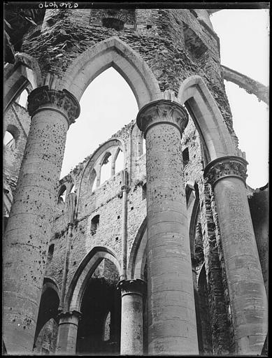Eglise en ruines : intérieur, piliers au premier plan