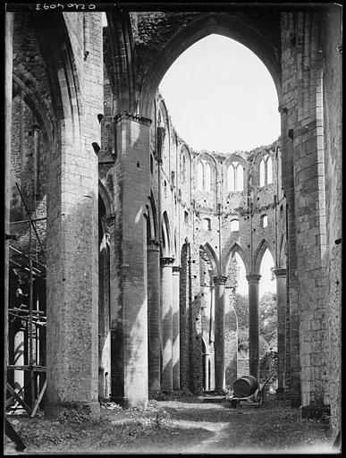 Eglise en ruines en cours de restauration : vue intérieure