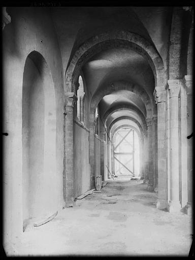 Intérieur : bas-côté en cours de restauration, échafaudages