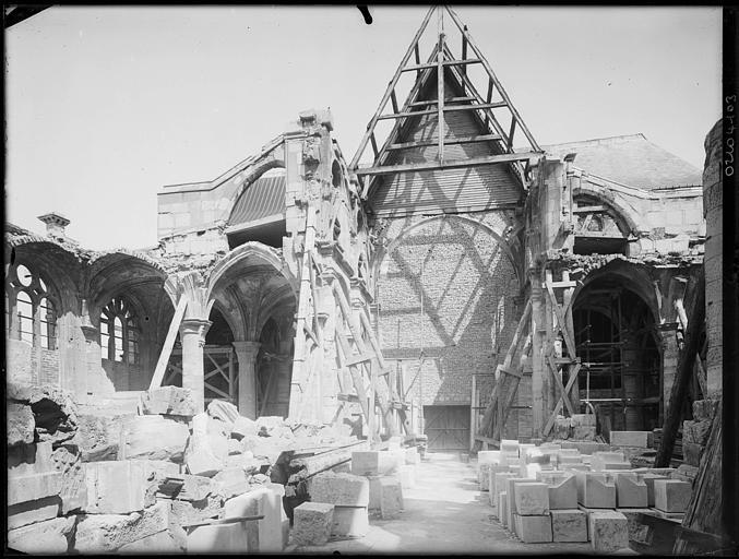Intérieur en cours de restauration : échafaudages et pierres déposées
