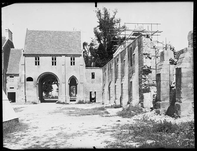Porterie ouest, façade latérale de l'église en cours de restauration : échafaudages