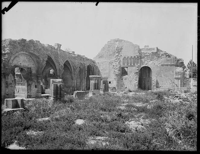 Cour intérieure, murs en ruines et pierres déposées
