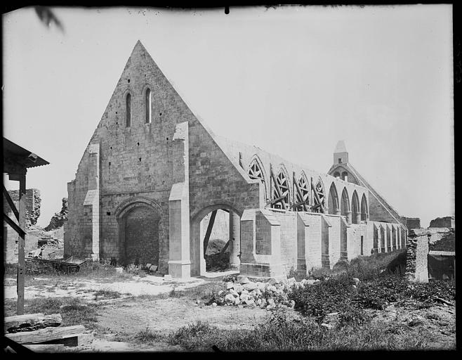 Eglise en cours de restauration : échafaudages