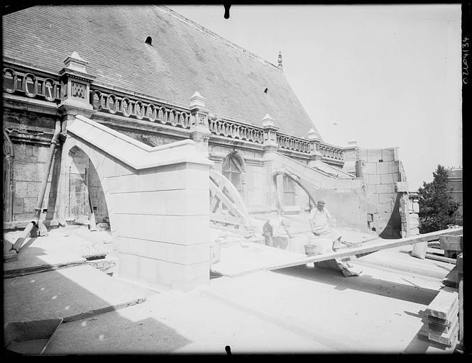 Façade latérale : contreforts en cours de restauration