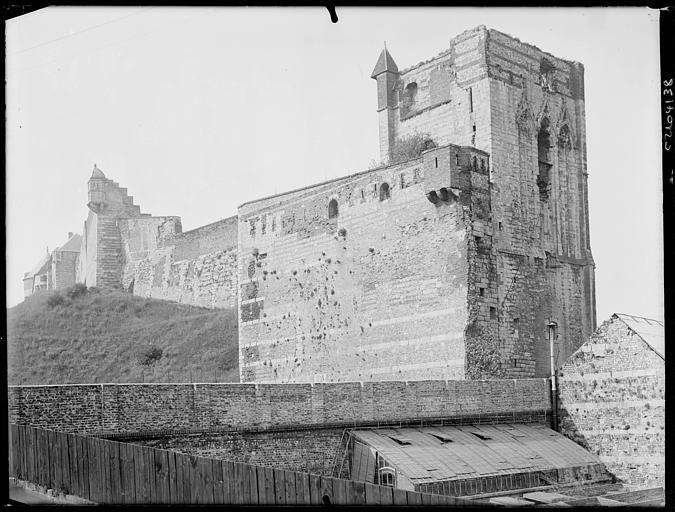 Ruines : mur d'enceinte, ddonjon