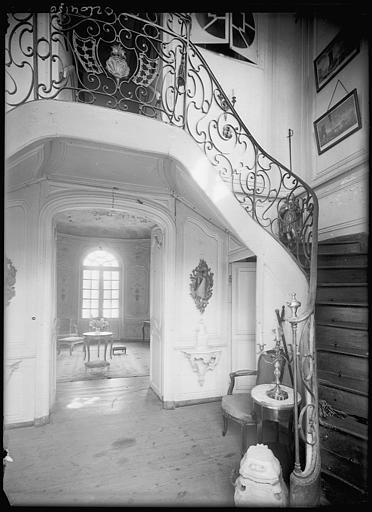 Entrée : escalier et rampe en fer forgé