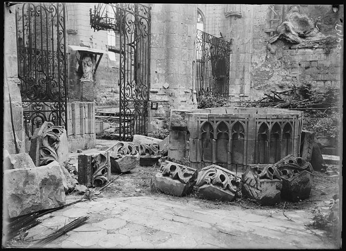 Murs en ruines : pierres déposées, grilles en fer forgé