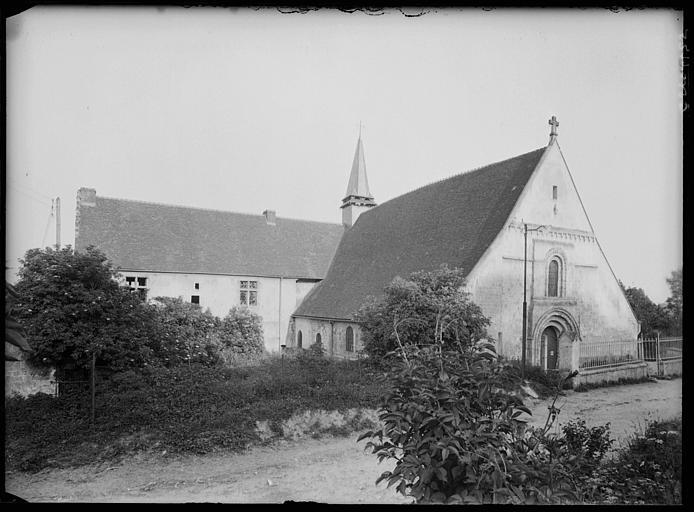 Façade ouest de l'église et façade du prieuré