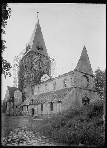 Ensemble en cours de restauration : échafaudages sur le clocher