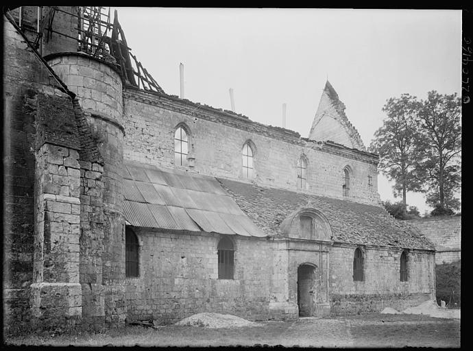 Façade latérale : échafaudages sur le clocher en cours de restauration