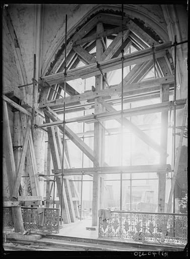 Intérieur en cours de restauration : étaiement d'une arcade
