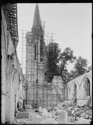 Intérieur en cours de restauration : échafaudages sur le clocher