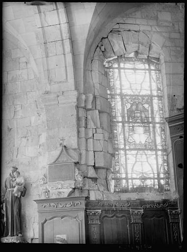 Intérieur : vitrail, statue d'un moine avec un enfant
