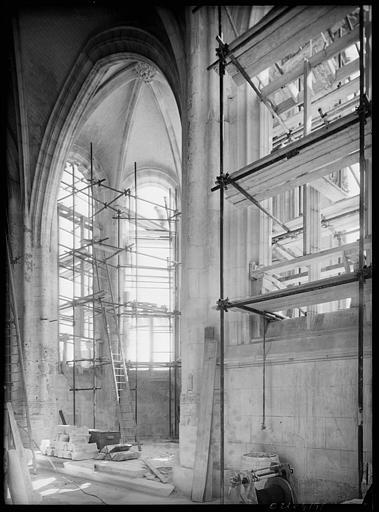 Intérieur en cours de restauration : échafaudages