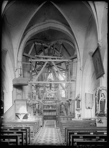 Intérieur en cours de restauration : étaiement de la nef