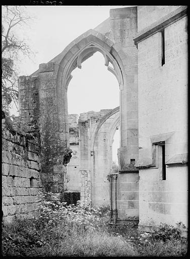 Eglise en ruines : arcade