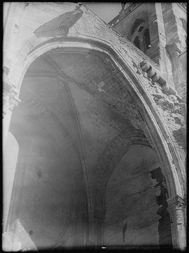 Chapelle latérale : arcade et voûtes