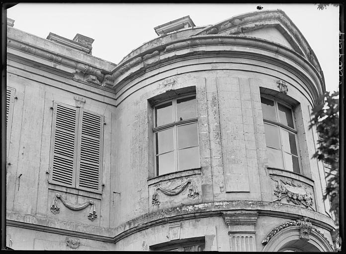 Extérieur : fenêtres au premier étage