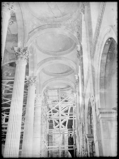 Intérieur : la nef en cours de restauration, coupoles du plafond