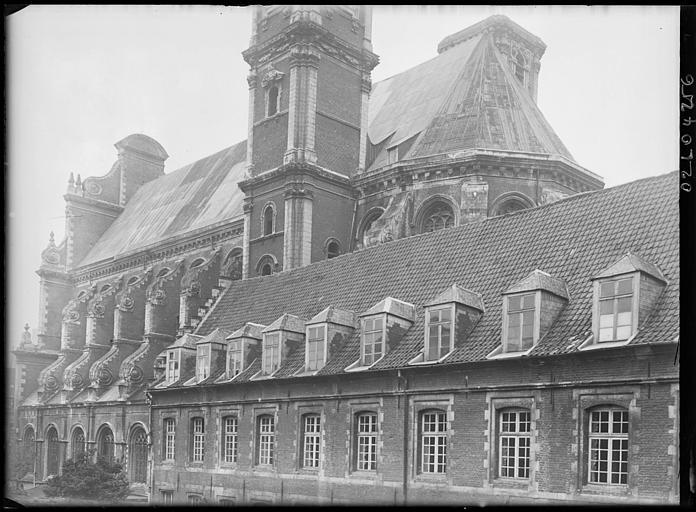 Vue sur les toitures, le clocher depuis la façade d'une maison