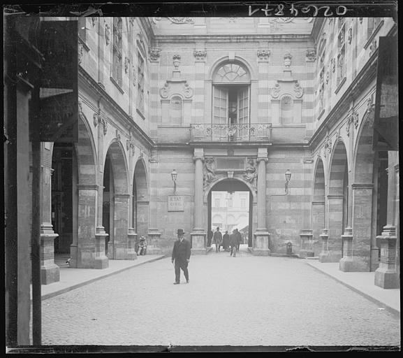 Scène animée : passants sous les arcades