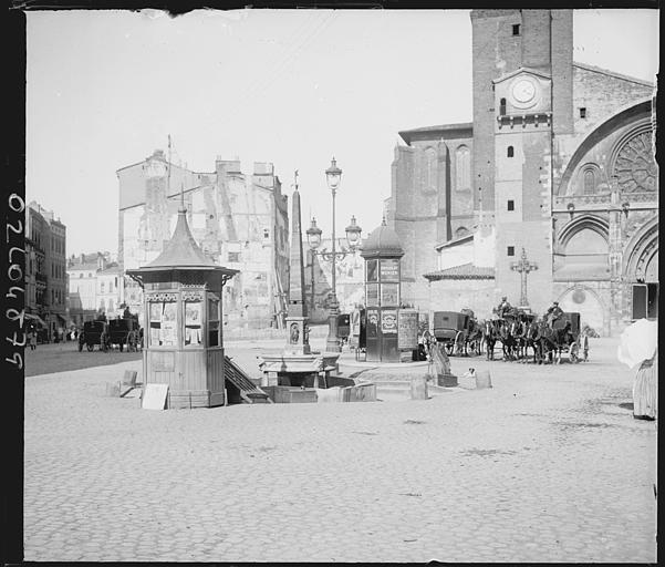 Façade ouest : scène animée, passants et calèches, kiosque