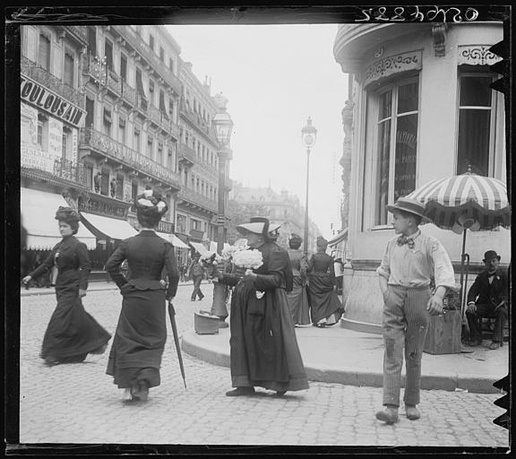 Scène animée : passants, devantures de boutiques