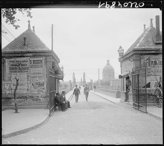 Pavillons d'entrée : passants sur le pont