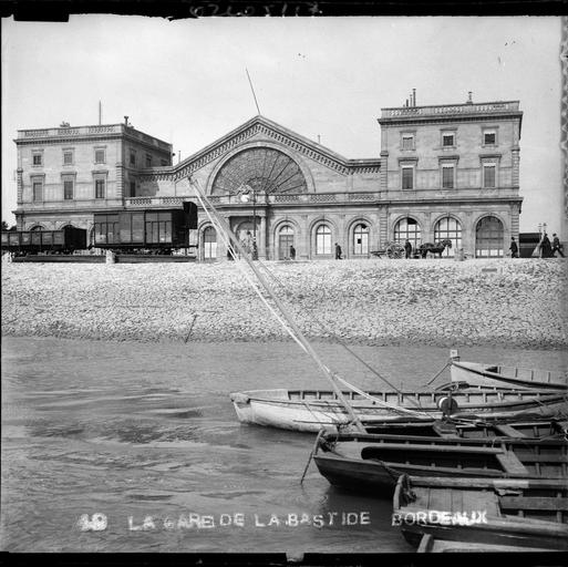 Façade principale devant la Garonne, barques