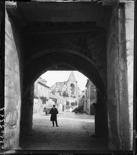 Ruines et le village pris de la porte fortifiée de l'abbaye