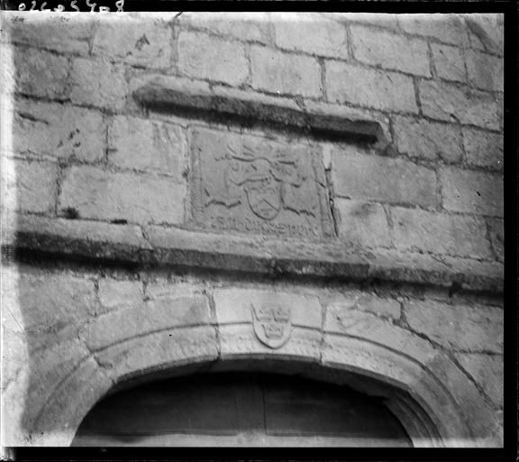 Blason sculpté sur un mur de pierres