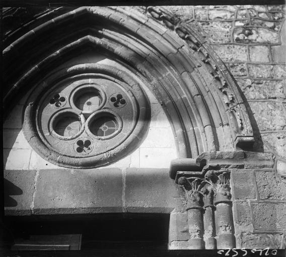 Façade ouest : tympan du portail