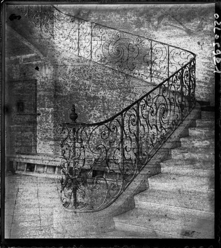 Intérieur : escalier à la rambarde en fer forgé