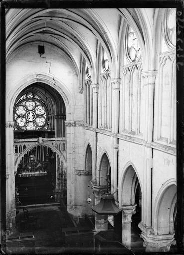 Intérieur : la nef, buffet d'orgues et rose
