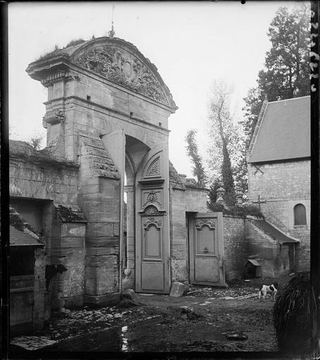 Portail d'entrée vu de la cour, bâtiments