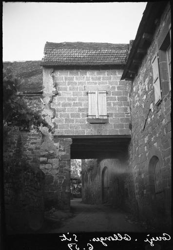 Porche sous une maison en pierre