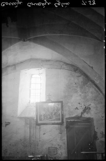 Intérieur : fenêtre du bas-côté