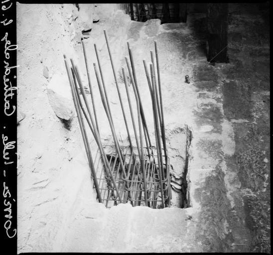 Travaux : en cours de restauration, barres de fer dans un trou