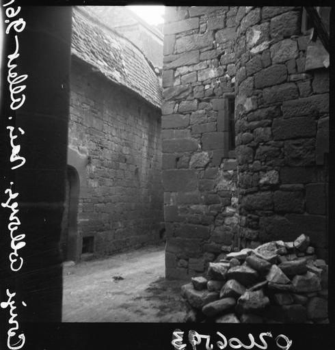 Pierres déposées au pied d'un mur en pierre