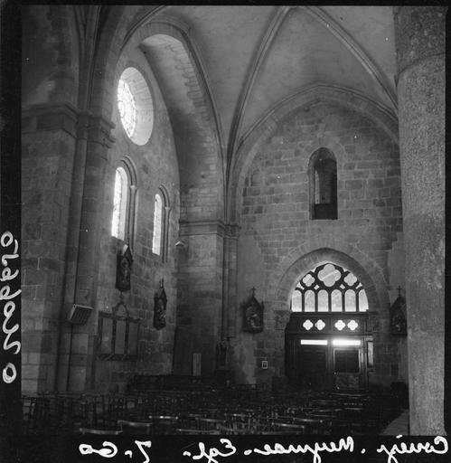 Intérieur : la nef vers l'entrée
