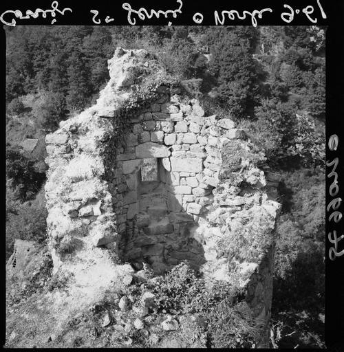 Base d'une tour en ruines