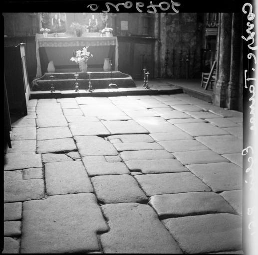 Intérieur : dallage de la nef en pierres